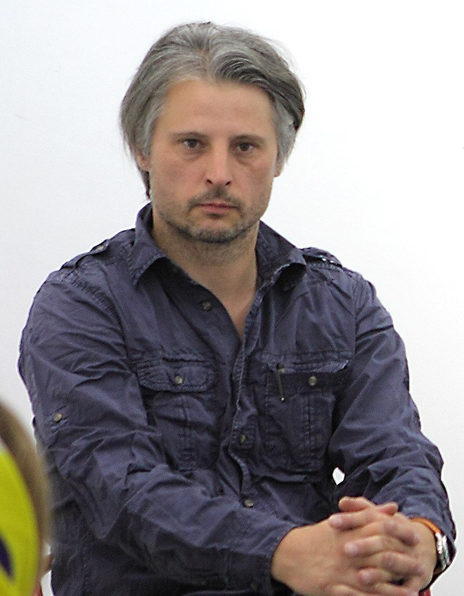 A picture of Sebastian-Bieniek sitting down, posing.